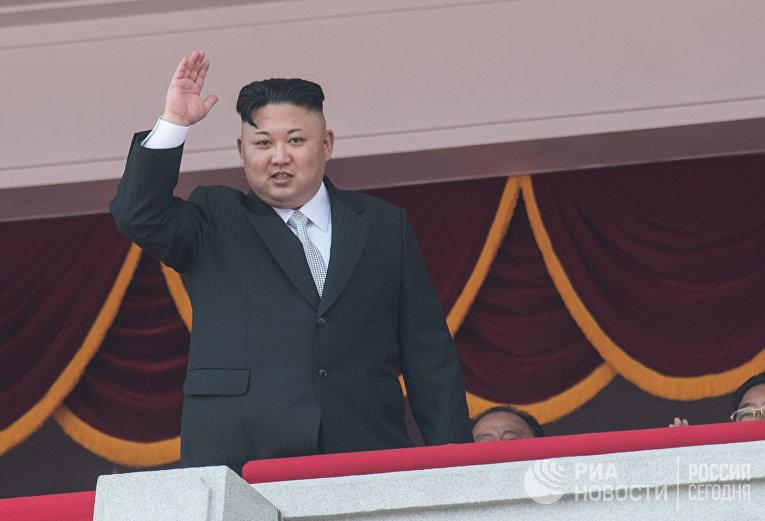 Глава КНДР Ким Чен Ын во время военного парада в Пхеньяне