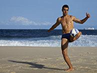 Парень играет в мяч на пляже в Рио-де-Жанейро, Бразилия