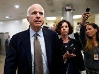 Сенатор Джон Маккейн общается с журналистами