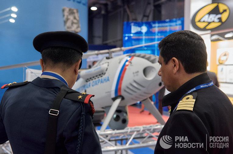 Посетители осматривают БПЛА «Горизонт» на Международном Военно-Морском салоне