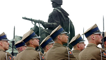 Солдаты вооруженных сил Польши у памятника советским воинам в Варшаве