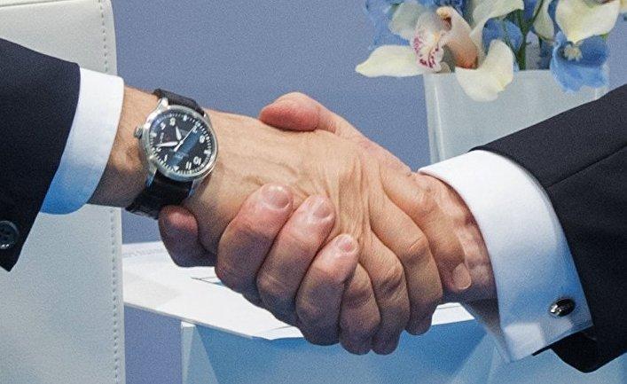 """Рукопожатие президента РФ Владимира Путина и президента США Дональда Трампа во время беседы на полях саммита лидеров """"Группы двадцати"""" G20 в Гамбурге. 7 июля 2017"""