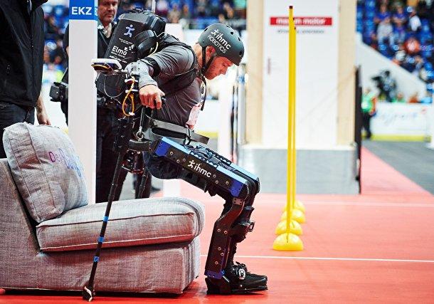 Марк Клейтон Дэниэль (Mark Clayton Daniel) из США участвует в гонке с экзоскелетами в Клотене, Цюрих