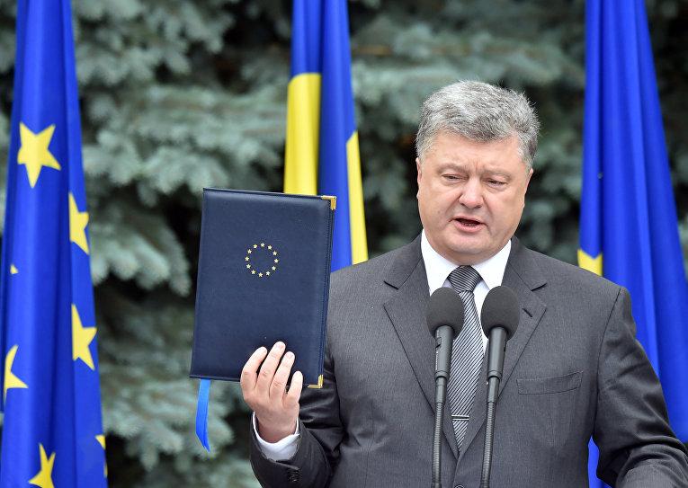Президент Украины Петр Порошенко во время встречи с председателем Еврокомиссии Жан-Клодом Юнкером и председателем Европейского совета Дональдом Туском