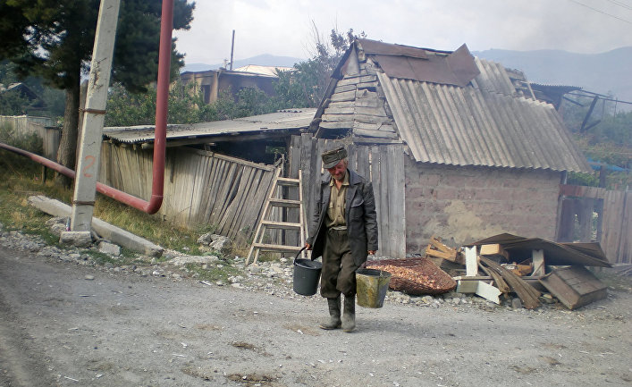 мужики гуляют по деревне со стоячими членами