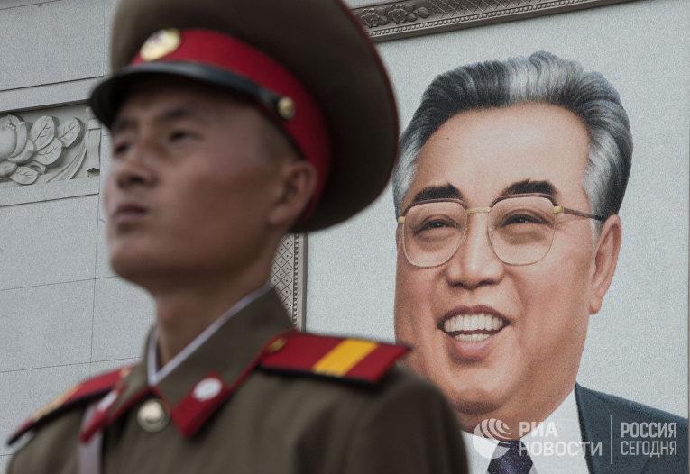 Военнослужащий во время военного парада в Пхеньяне