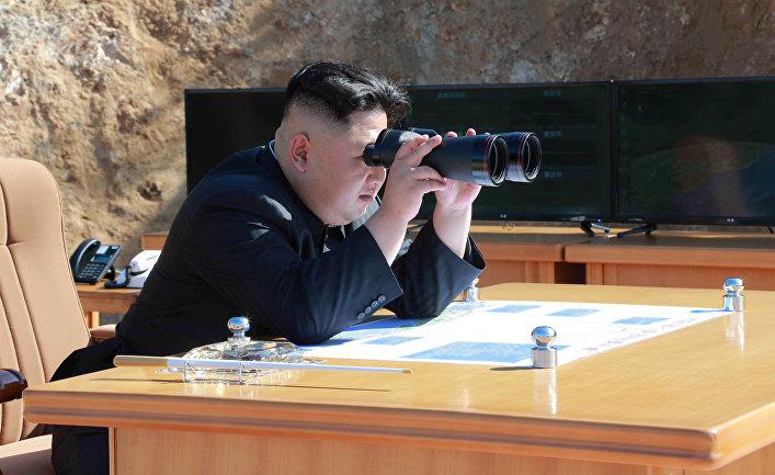 Северокорейский лидер Ким Чен Ын следит за испытанием межконтинентальных ракет