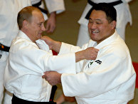 Президент РФ Владимир Путин во время спарринга с японским дзюдаистом Ясухиро Ямаситой
