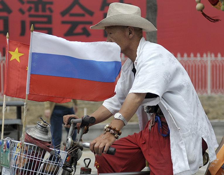 Велосипедист в торговый районе Ябаолу в Пекине