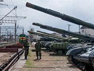 Украинские танки готовятся к погрузке на поезд на железнодорожной станции близ Симферополя