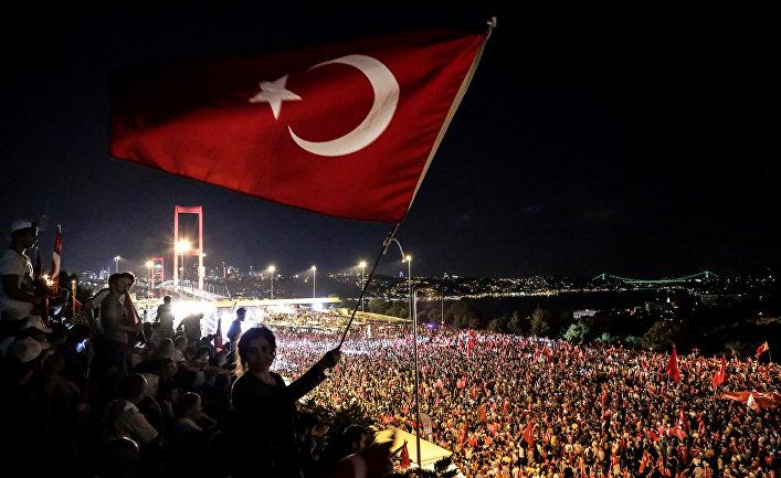 Сторонники Реджепа Тайип Эрдогана во время митинга на Босфорском мосту в Стамбуле