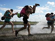Финский шуточный вид спорта «ношение жен» в городе Браслав, Беларусь
