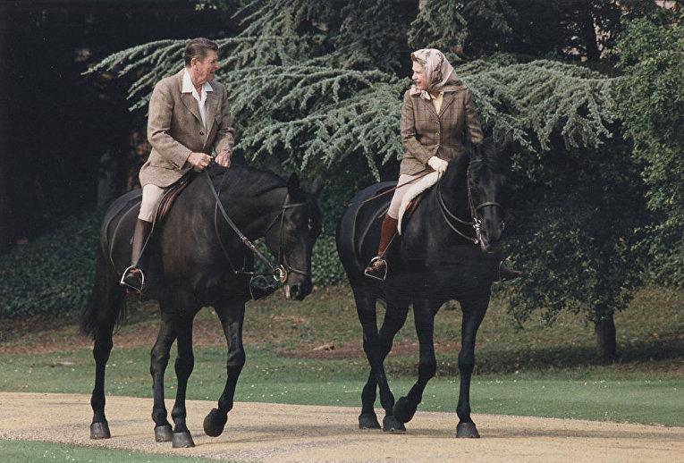 Елизавета II на прогулке возле Виндзорского замка с Рональдом Рейганом (1982)