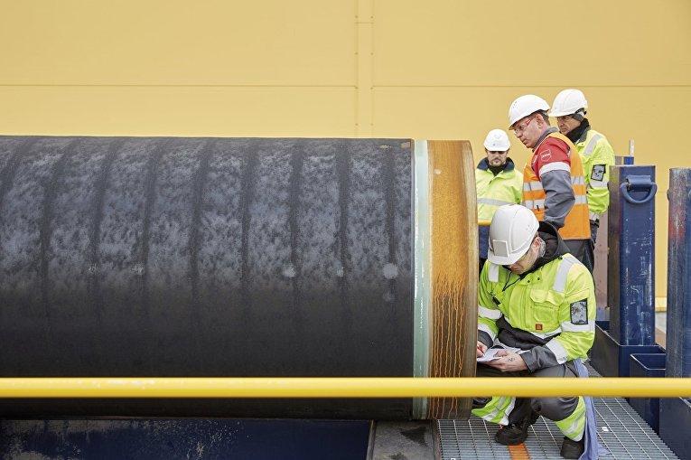 """Инженеры проводят проверку первых труб, необходимых для стоительства двух ниток газопровода """"Северный поток-2"""""""