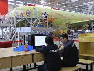 Конвейер на заводе по производству китайского пассажирского самолета С919 в Шанхае