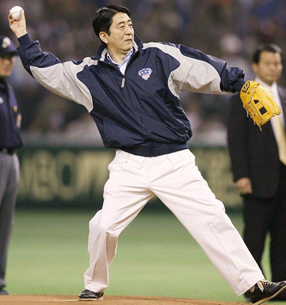 Премьер-министр Японии Синдзо Абэ бросает мяч