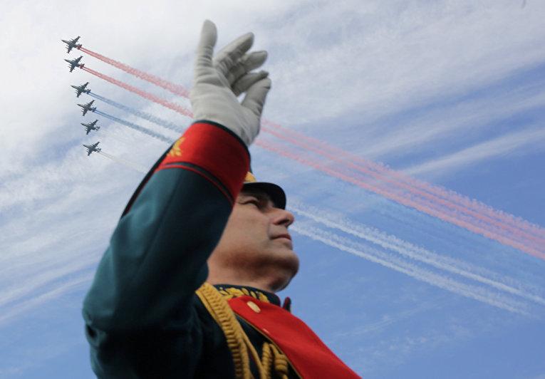 Дирижер военного оркестра во время парада в честь дня военно-морского флота в Кронштадте