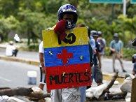 """Мужчина с щитом """"Больше никаких смертей"""" во время простестов в Каракасе, Венесуэла. 30 июля 2017"""