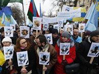 Протестующие с портретами жертв политических преследований в Крыму