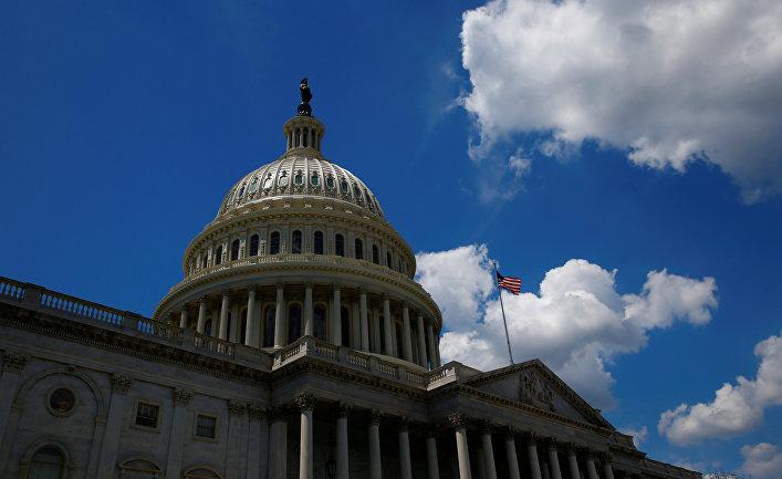 Американский флаг над зданием Капитолия в Вашингтоне