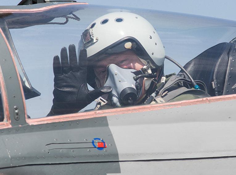 Петр Порошенко в кабине истребителе МиГ-29 перед полетом. 5 августа 2017