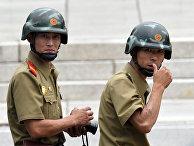 Северокорейские солдаты в демилитаризованной зоне
