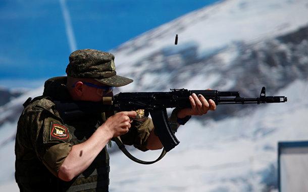 Российский военнослужащий стреляет из АК-74 во время соревнований по стрельбе в поселке Алабино под Москвой
