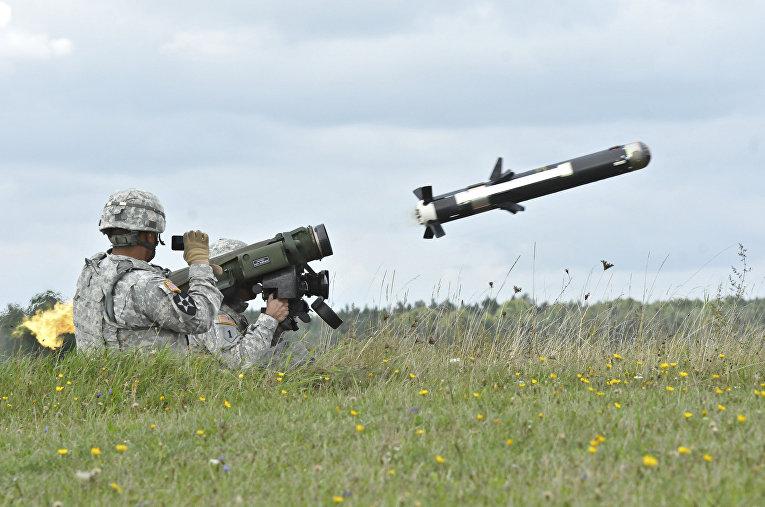 Американские солдаты стреляют из ПТРК M98 Javelin