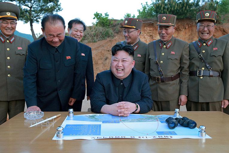 Северокорейский лидер Ким Чен Ын во время запуска стратегической баллистической ракеты Хвасонг-12