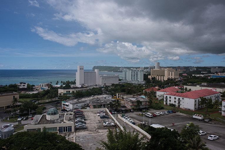 Остров Гуам с населением 160 000 человек, самый большой в Микронезии.