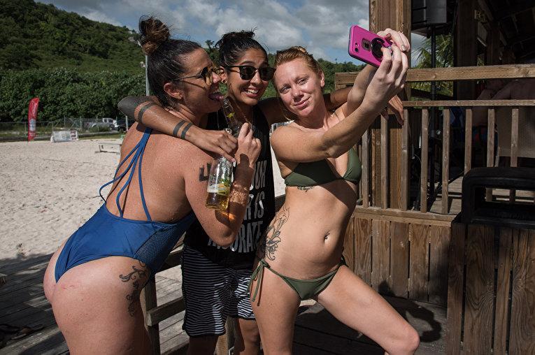Туристы на пляже в заливе Тумон.