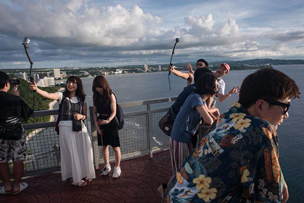 Туристы фотографируются на смотровой площадке Two Lovers.