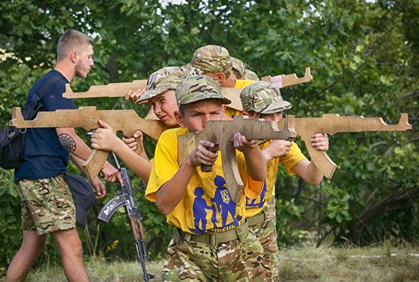 Дети в военизированном детском лагере на Украине