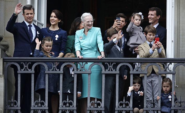 Королева Дании Маргрете II и члены королевской семьи