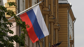 Флаг РФ на здании посольства США в Москве