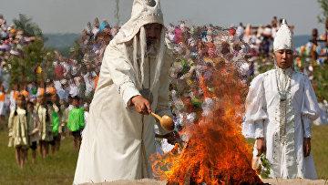 Обряд кормления огня на праздновании якутского нового года (Ысыах)