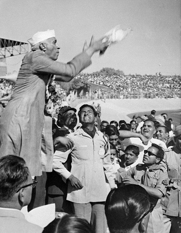 Премьер-министр Индии Джавахарлал Неру выпускает голубя в знак мира
