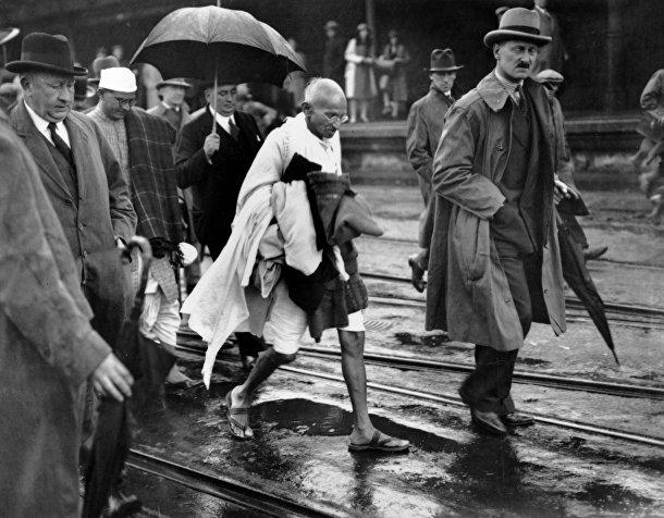 Махатма Ганди в сопровождении своих сторонников в английском Фолкстоне