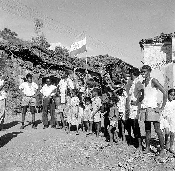 Местные жители приветствуют индийские войска в Панаджи