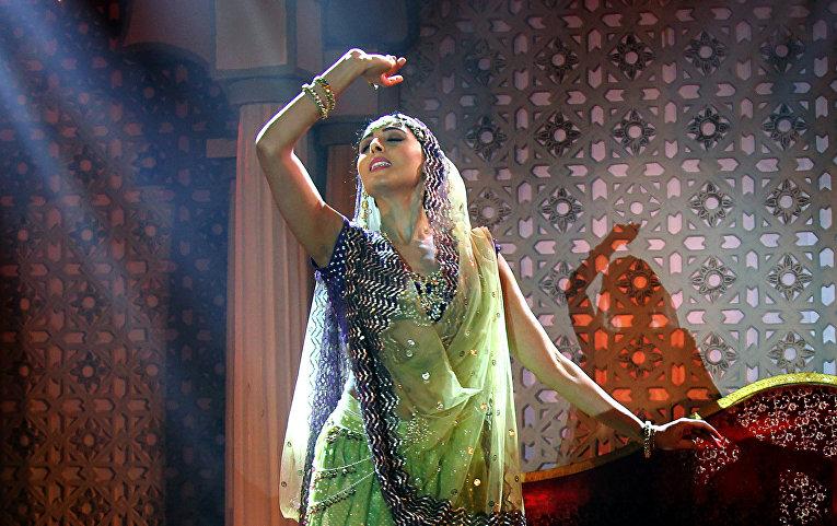 Индийская актриса исполняет танец в Мумбаи