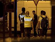 Сотрудники патрульной службы недалеко от места, где полиция застрелила четырех боевиков в Салоу