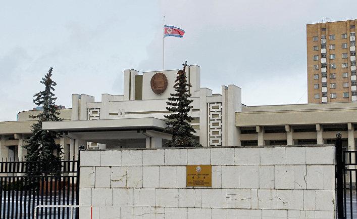 Государственный флаг приспущен над зданием посольства КНДР в Москве