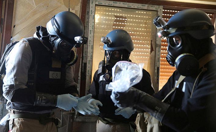 Эксперты ООН собирают образцы после газовой атаки в в районе Айн-Тарма в Дамаске, Сирия