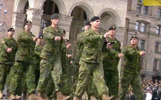 Солдаты НАТО прошли маршем по Киеву