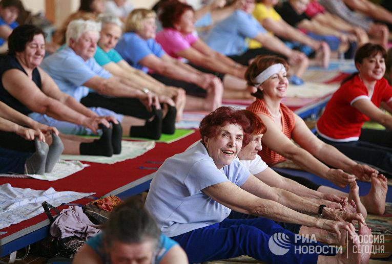 Люди пожилого возраста занимаются хатха-йогой в академии здорового образа жизни в Ставрополе