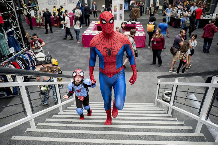Отец и дочка в костюмах Человека-паука