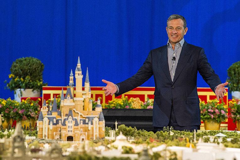 Президент и CEO компании The Walt Disney у макета Шанхайского Диснейлэнда