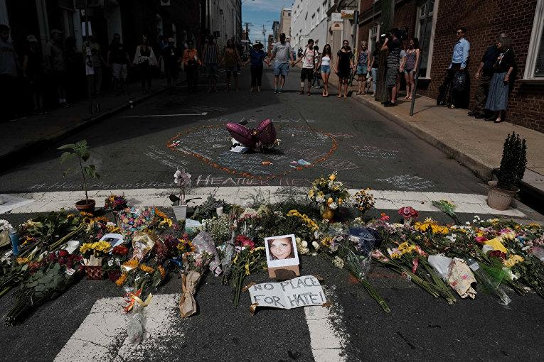 Цветы и фотография погибшей на месте наезда автомобиля на участников протестов в Шарлоттсвилле, штат Вирджиния. 13 августа 2017