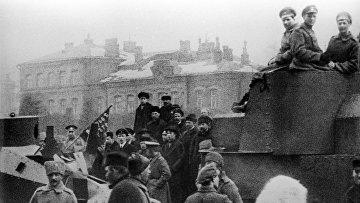Бойцы Красной армии на улицах Петрограда в октябрьские дни 1917 года