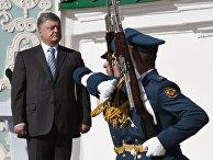 Президент Украины Петр Порошенко принимает участие в праздновании «Дня флага» в Киеве